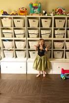 Chaos im Kinderzimmer? Nicht bei den Baldwins! Mama Hilaria hat für Ordnung gesorgt und alle Spielsachen der Sprösslinge in Körbe sortiert. Töchterchen Carmen scheint begeistert zu sein. Doch dann ...