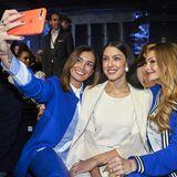 Selfie-Alarm: Jana Ina Zarella, Rebecca Mir und Jana Julia Kilka halten ihren Besuch bei der Riani Fashion Show mit einem Foto fest und haben dabei sichtlich Spaß.