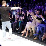 Der deutsche Rapper Bausa eröffnete die Riani Show mit einer coolen Performance. Der Front Row gefiel es.