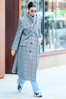 Kendall Jenner in einem karierten Balenciaga-Mantel, der ihrem Alltags-Style ein Upgrade verpasst