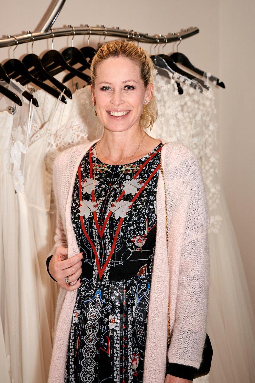 Über eineinhalb Jahre nach der Hochzeit mit Fußball-Star Mario Gómez kehrt Carina Wanzung zurück zu den Designerinnen, die für ihren tollen Braut-Look verantwortlich waren. Das Designer-Duo Kaviar Gauche eröffnete in München einen neuen Bridal Concept Store, wo die Spielerfrau natürlich nicht fehlen durfte.
