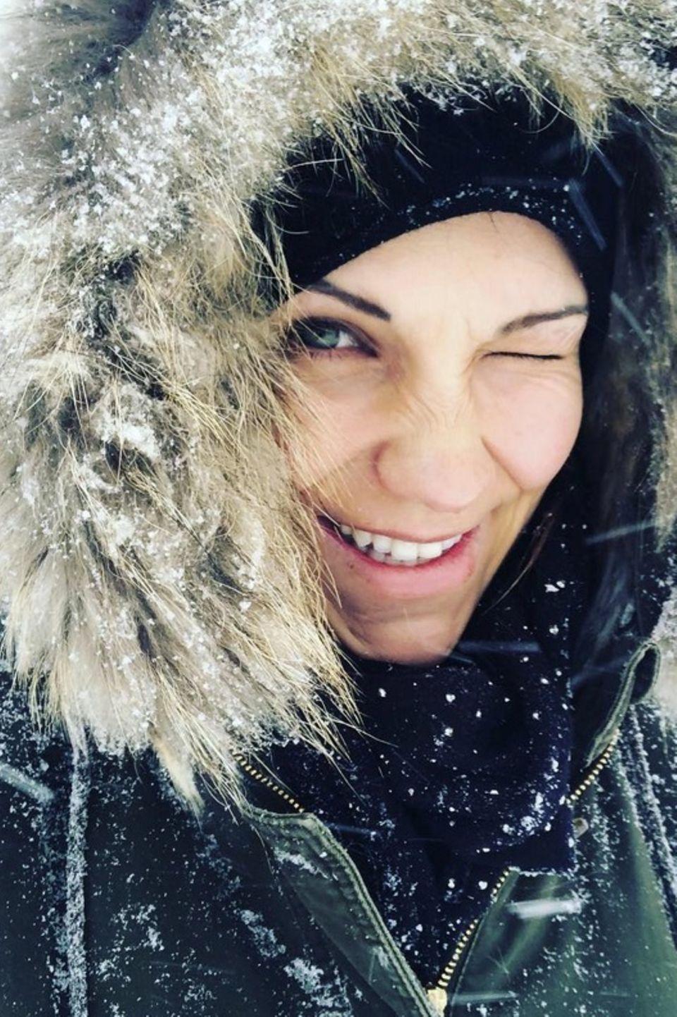 Dick eingepackt, aber happy sendet Sängerin Anna-Maria Zimmermann Grüße aus dem verschneiten Tirol.
