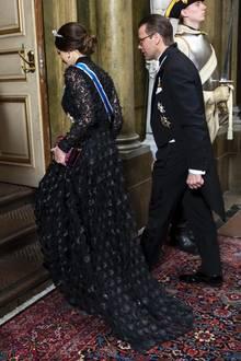 Das wunderschöne Kleid mit 3D-Blüten ist vom schwedischen Label Ida Sjöstedt und kostet umgerechnet knapp 305 Euro. Aktuell ist es jedoch im Sale für die Hälfte zu haben. Für ein so hochwertiges und aufregendes Abendkleid ein wirklich toller Preis.