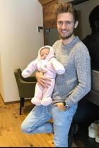 """""""Vater zu sein ist ein gutes Gefühl"""" postet """"GZSZ"""" Star Jörn Schlönvoigt. Die kleine Delia scheint sich jedenfalls wohlzufühlen so dick eingepackt."""
