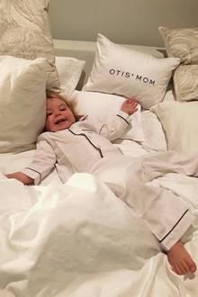 Olivia Wildes Tochter Otis weiß wie man sich wie eine Prinzessin fühlt. Herrlich das große Bett so ganz für einen allein.