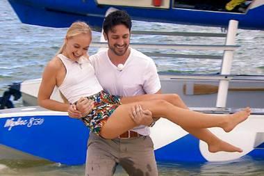 Daniel ist ganz der Gentleman und trägt Svenja durch das Wasser an Land.