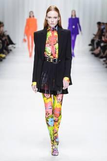 Artificial: Die Designer in Mailand und Paris geben uns eine kleine Nachhilfestunde in Kunst. Akris arbeitet mit den bunten Textildesigns von Alexander Girard, Dior und Prada verewigen klassische Comic-Motive auf den Outfits, und Donatella Versace interpretiert einige Warhol-Signature-Prints ihres vor 20 Jahren ermordeten Bruders Gianni neu
