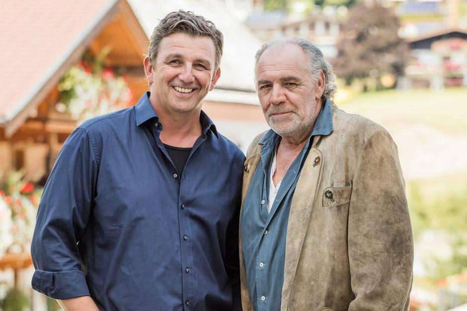 Für Martin Gruber (Hans Sigl, l.) gibt es ein Wiedersehen mit seinem Onkel Ludwig (Christian Kohlund, r.)
