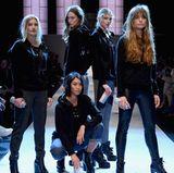 """Als die """"Rianistas"""" während der Berliner Fashion Week einen ziemlich coolen Auftritt auf dem Laufsteg hinlegen, fällt unser Blick vor allem auf das Model ganz links. Hier meistert gerade Luna ihren ersten Runway-Auftritt."""