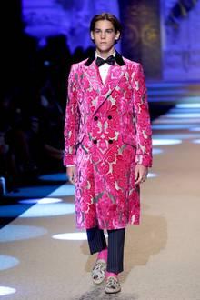 Lediglich an der Fliege könnte man erkennen, dass es sich bei diesem jungen Mann um den Sohn des wohl bekanntesten Geheimagenten handelt. Die Rede ist von Pierce Brosnan, der bis 2002 James Bond verkörperte. Keine Lizenz zum Töten, dafür aber die Lizenz für den Catwalk hat nun Paris Brosnan, der im januar 2018 für Dolce & Gabbana während der Mailänder Fashion Week läuft.