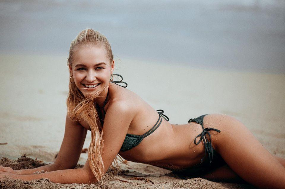 """Auf diesem Foto für die RTL-Kuppelshow """"Der Bachelor"""" zeigt sich Kandidatin Svenja sexy im Bikini. Doch es gibt noch heißere Aufnahmen von der Blondine"""