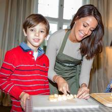 Prinz Henrik und Prinzessin Athena, beides auch Schulkinder, sind bei der Aktion dabei und helfen beim Vorbereiten.