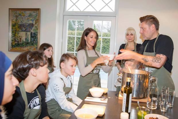 Großer Andrang in der Küche von Prinzessin Marie. Die Schüler bekommen Rezepte gezeigt von KochTimm Vladimir (rechts).