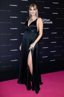 """Wenige Stunden vor ihrem Auftritt beim """"Urban Catwalk"""" von Maybelline New York im Rahmen der Berliner Fashion Week ließ Bonnie Strange die Bombe platzen. Sie ist schwanger und das bereits in der 23. Woche. Ihren Bauch kann sie nicht mehr verstecken und präsentierte ihn deshalb stolz auf dem Laufsteg."""