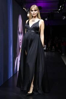 In einem schwarzen, sexy Abendkleid mit hohem Beinschlitz läuft Bonnie Strange über den Laufsteg der Maybelline Urban Catwalk Show. Ihr Babybauch wird vom Publikum bejubelt.
