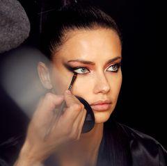 Model Adriana Lima backstage bei Maybelline.