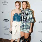 GNTM-Gewinnerin Kim Hnizdo posiert mit Designerin Marina Hoermanseder vor ihrer Show.