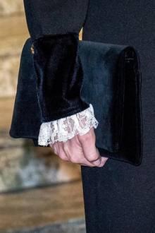 Besonders schön sind die Details am Kragen und an den Ärmelenden des Kleides. Sofia kombiniert passend zum Samtsaum eine Clutch aus Samt.