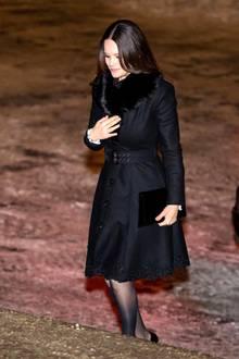Über dem Kleid trägt Prinzessin Sofia einen edlen, schwarzen Mantel.