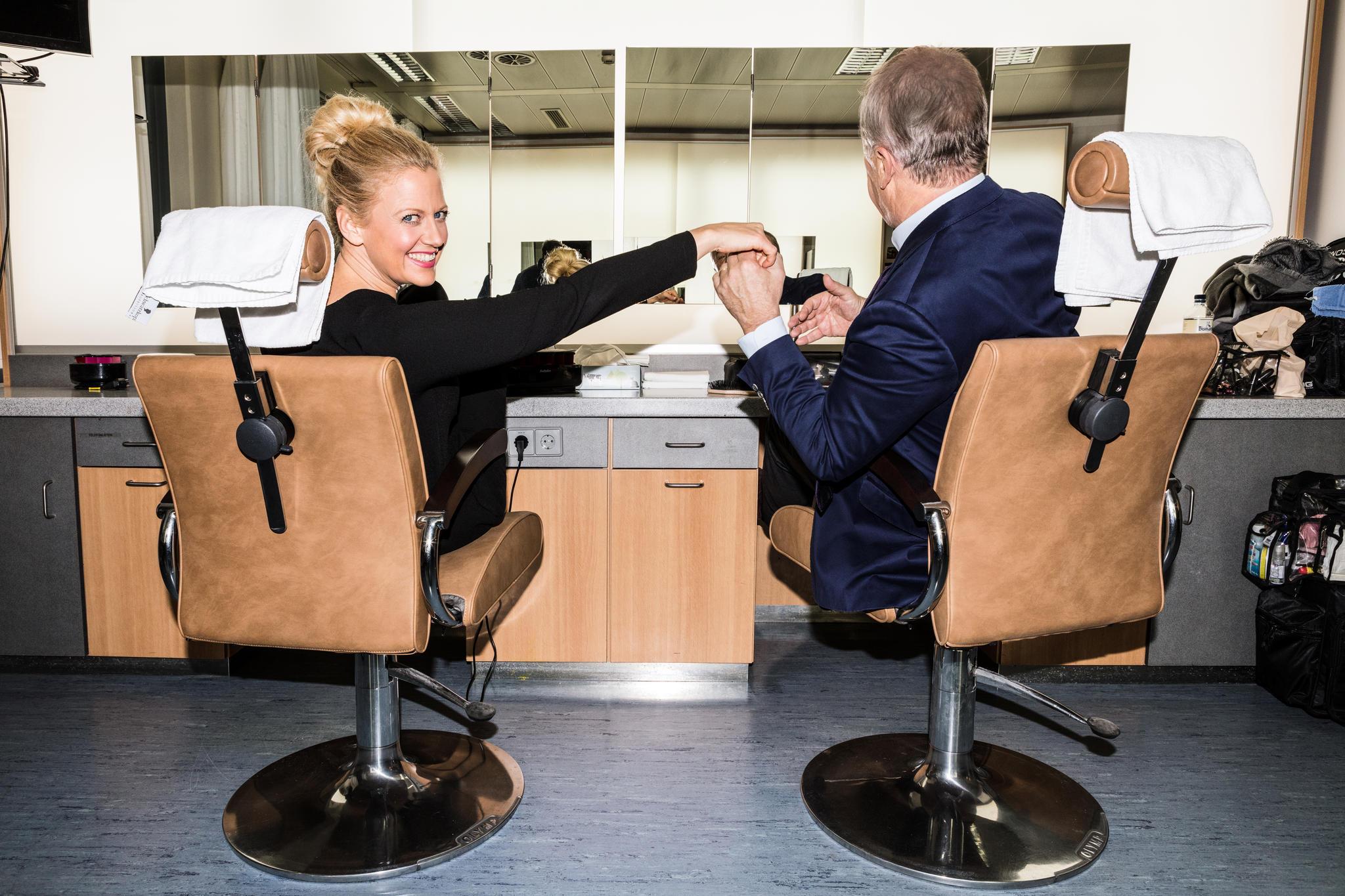 Fertig zum Abflug! Sieht aus wie im Cockpit, ist aber die Maske beim NDR: Hier werden die Moderatoren für ihre Show gestylt
