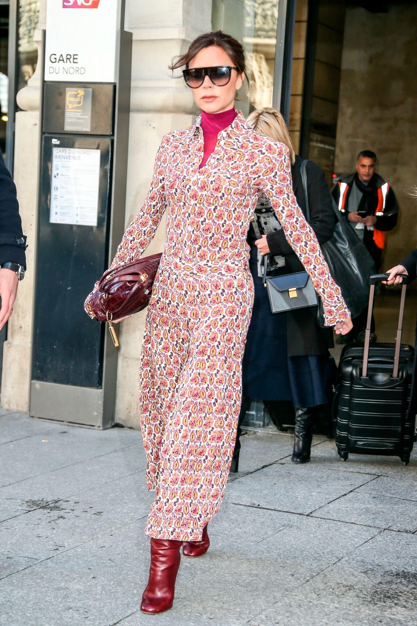 La Beckham zeigt sich bei ihrer Ankunft in Paris in einem gemusterten Maxikleid im 70s-Stil. Die Mode-Ikone ist mit ihrem Ehemann David Beckham für die anstehende Fashion-Week angereist.