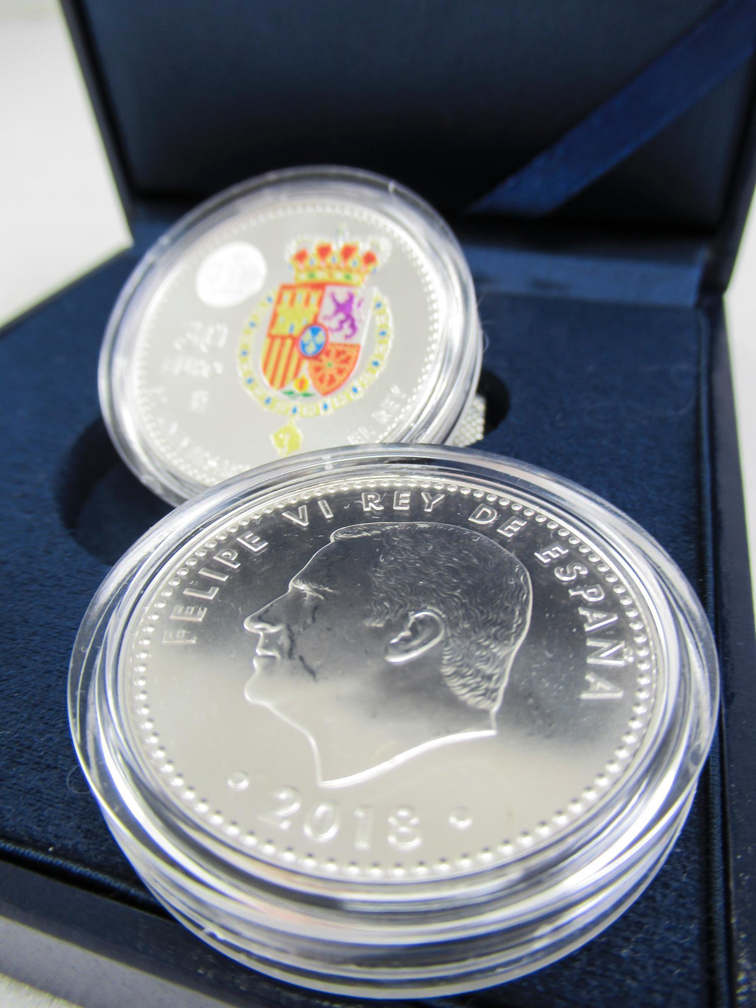 Zum Geburtstag eine Münze: Die Ähnlichkeit von Felipe auf der Münze zu seinem Vater Juan Carlos in jüngeren Jahren fällt dabei auf.