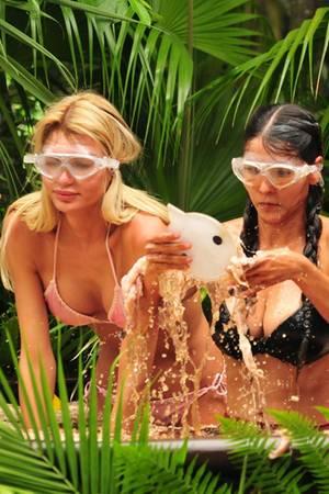 So macht Schule erst recht keinen Spaß:Giuliana Farfalla und Kattia Vides (r.) müssen in ein großes Becken voller stinkender Fleischabfälle steigen