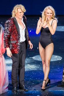 Als Baywatch-Nixe wird Pamela Anderson in den 1990er-Jahren weltweit berühmt. Ihr Markenzeichen: Ihr fantastischer Körper, den sie in den roten Kult-Badeanzug hüllt. Nun, etwa 20 Jahre später, ist ihr Einteiler zwar andersfarbig, ihr Body aber immer noch so straff wie damals.