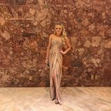 Im Luxus-Kleid von Dennis Basso nimmt Tiffany an einem Gala Dinner teil.