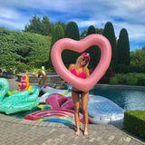 In den Pool steigt Tiffany Trump in einem quietschpinken Bikinioberteil, zu dem zwar ihre Cap, nicht aber das Höschen passt.