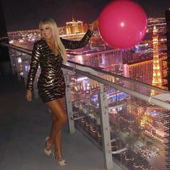 """Wie sagt man so schön? """"Was in Vegas passiert, bleibt in Vegas""""?! Das hoffen wir auch für diesen Look von Trump-Tochter Tiffany, die in der Party-Stadt zum Glitzerfummel greift und sich wie eine Barbie stylt. Da kann man sich nur wünschen, dass sie Kleid und Schuhe aus Versehen im Hotelzimmer vergisst."""