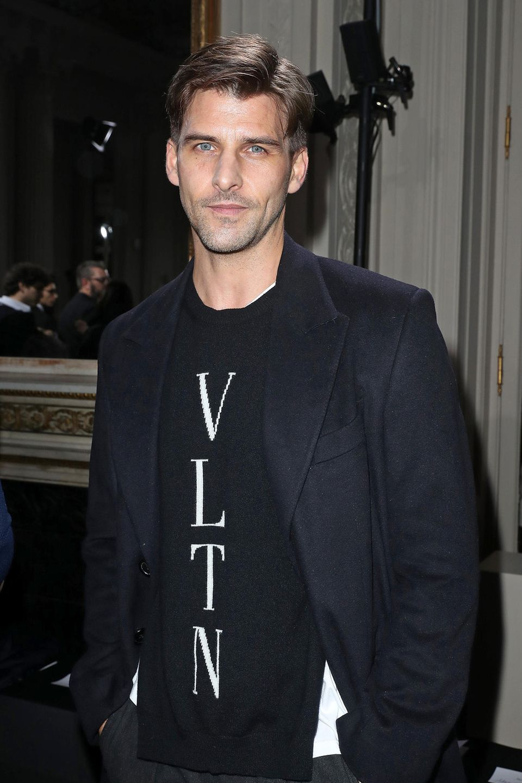 Johannes Huebl erfreut die Gäste der Valentino-Show mit seiner Anwesenheit.