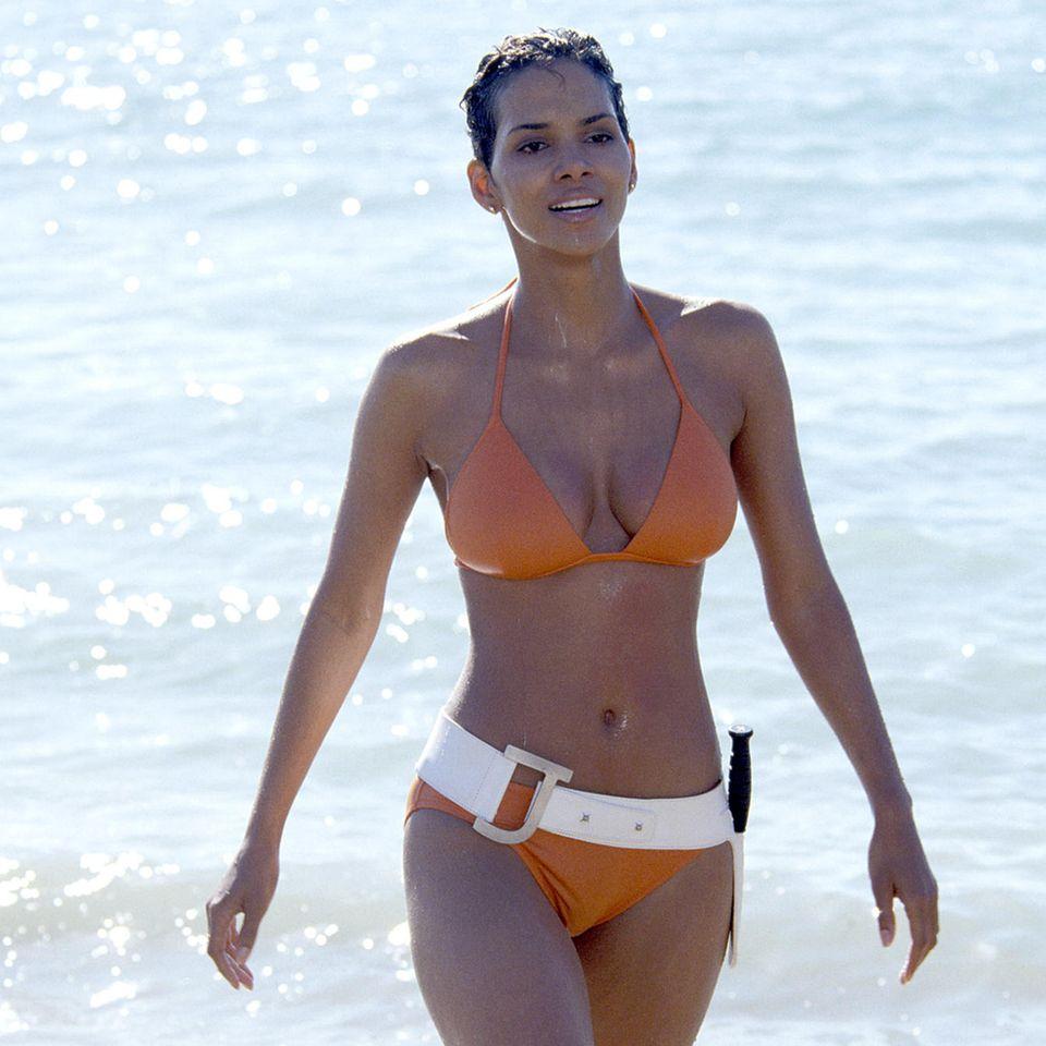 Mit dieser Szene geht Halle Berry in 2002 in die Geschichte der heißesten Bond-Girls ein. Den Bikini-Body hat sie bis heute.