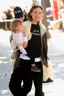 """Olivia Wilde hat gleich mehrere """"Feminist""""-Shirts im Kleiderschrank. Beim """"Women's March"""" ruft sie mit einem schwarzen zur Solidarität auf."""
