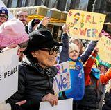 Künstlerin Yoko Ono darf beim Women's March in New York natürlich nicht fehlen.