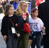 Amanda de Cadenet hat ihre Töchter zur Demo in L.A. mitgebracht.
