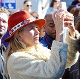 Mira Sorvino, selbst Opfer sexueller Belästigung durch Harvey Weinstein, ist selbstverständlich beim Protest in Los Angeles dabei.