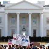 Tausende Menschen demonstrieren mit deutlichen Worten gegen Trump direkt vor dem Weißen Haus in Washington.