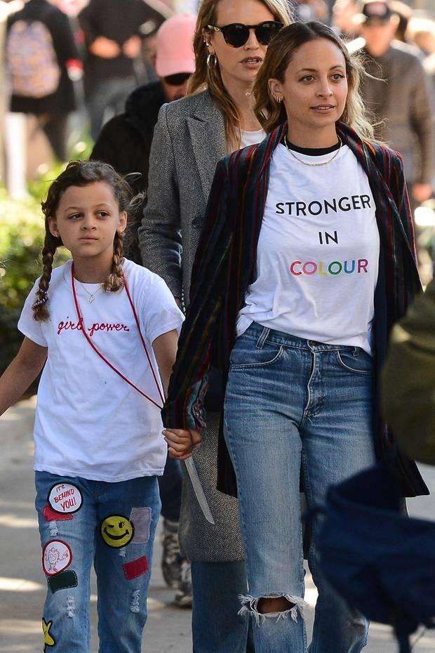 20. Januar 2018  Als Mutter-Tochter-Duo machen sich Nicole Richie und die kleine Harlow, die doch gar nicht mehr so klein ist, bei dem Women's March in Los Angeles für Frauen- und Menschenrechte stark. Harlows Blick bleibt zwar skeptisch, dafür macht sie mit ihrem Shirt eine klare Ansage: Girl Power!