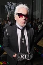 Karl der Große ist jetzt Karl der Bärtige! Star-Designer Kalr Lagerfeld sorgt mit seiner Typveränderung bei der Dior-Show für eine echte Überraschung.