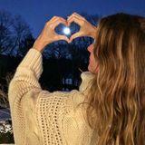 """2. Januar 2018  Model Gisele Bündchen fokussiert den Super-Mond mit einem Herzzeichen. """"Ich habe das Gefühl, dass wird ein großartiges Jahr"""" postet das Model."""