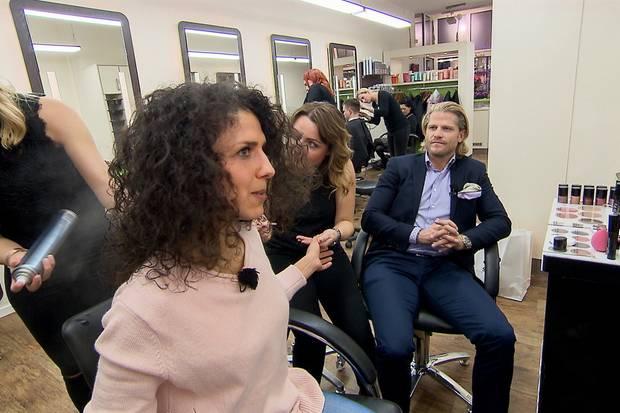 Paul Janke überprüft an Tag 4, ob das Styling von Kandidatin Monique passt