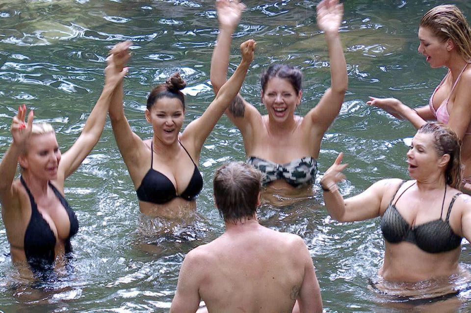 Ansgar geht mit den Dschungel-Ladys baden - und bleibt locker