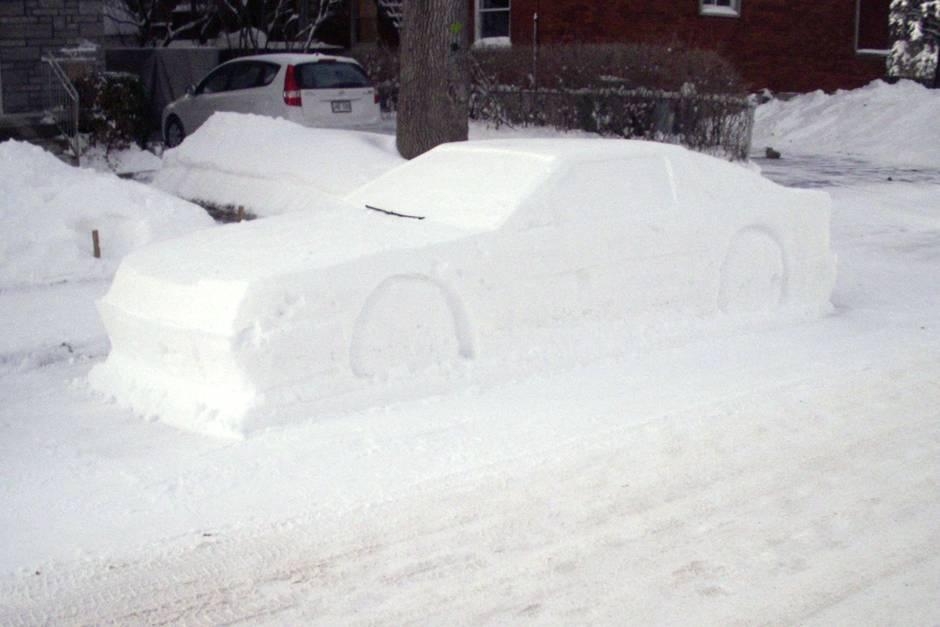 Kanadier baut Schnee-Auto im Halteverbot - so reagiert die Polizei