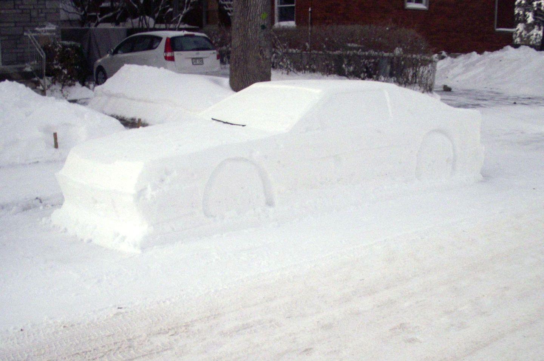Schnee-Auto im Halteverbot.