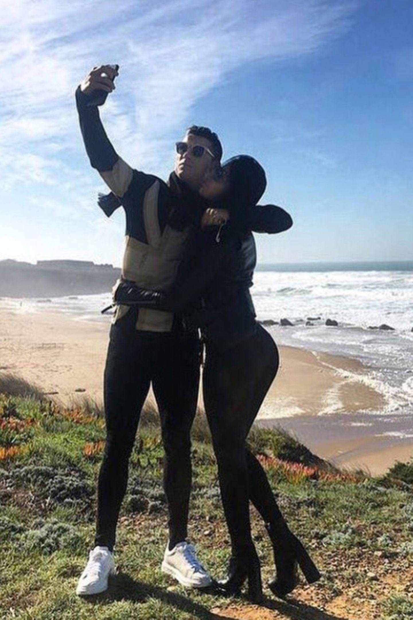 19. Januar 2018  Schatz, hier wurde ich geboren: Mit seiner Freundin Georgina Rodríguez posiert Cristiano Ronaldo für ein Selfie vor der Standlandschaft seines Geburtslandes Portugal.