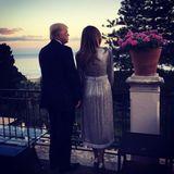 """26. Mai 2017  Ein Foto mit Seltenheitswert: Auf Instagram postet Melania Trump am selben Abend ein Bild von sich und Donald Trump auf einer Terrasse in Sizilien.""""Ein wundervoller Freitagabend"""", schreibt sie dazu. In der Regel sieht man das Paar auf dem offiziellen Account von """"Flotus"""" nur bei offiziellen Anlässen."""