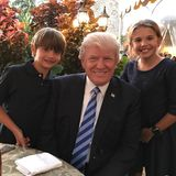14. Juni 2017  Donald III. und Kai, die Kinder von Donald Trumps ältestem Sohn Donald Trump Junior, gratulieren ihrem Opa zum 71. mit diesem Familienbild zum Geburtstag.