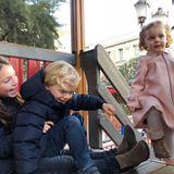 20. Januar 2018  Die Zwillinge Prinz Jacques und Prinzessin Gabriella haben die Rutsche für sich entdeckt ...