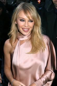 Kaum zu glauben, dass Kylie Minogue am 28. Mai 2018 schon ihren 50. Geburtstag feiert. Der blonde Popstar bezaubert auf der Pariser Modewoche neben ihren tollen Outfits vor allem durch ihre jugendlich fröhliche Ausstrahlung. Bei nur 35 Kerzen auf dem Geburtstagskuchen würde sicherlich auch niemand Fragen stellen.